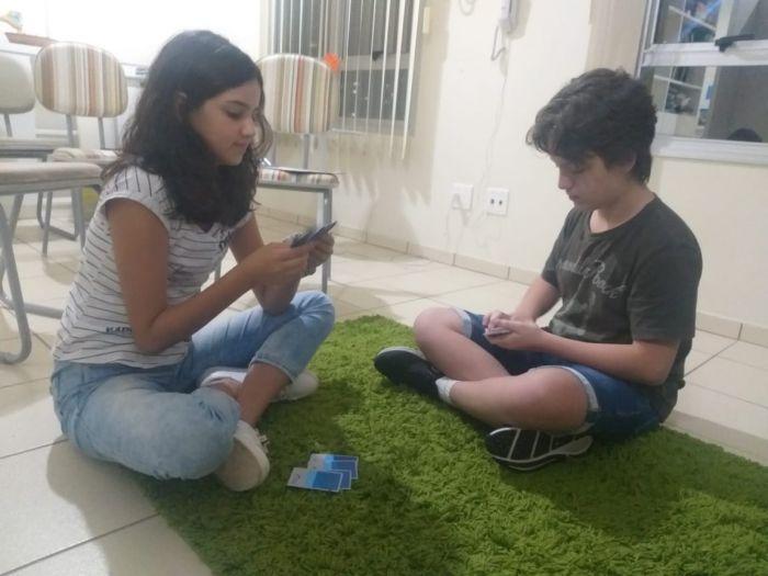 Pais e responsáveis por crianças e adolescentes devem estabelecer uma rotina diária com atividades, principalmente nessa época de pandemia.